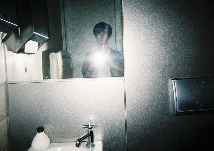 トイレでのセルフポートレイト