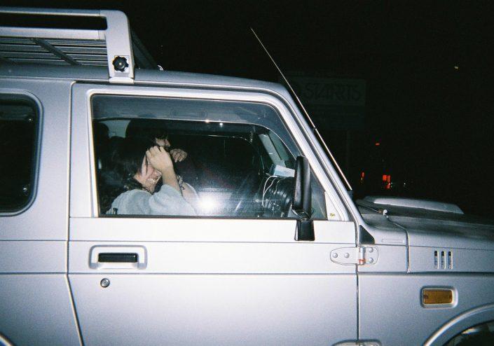 車で帰宅するカップル