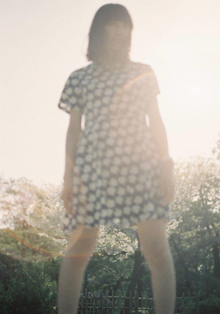 鶴間公園で夕日をバックに佇む女性
