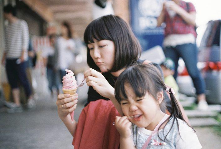 竹島水族館前で食べるソフトクリーム