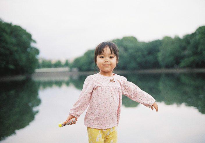 羽根大池でアンパンマンラムネを持った少女