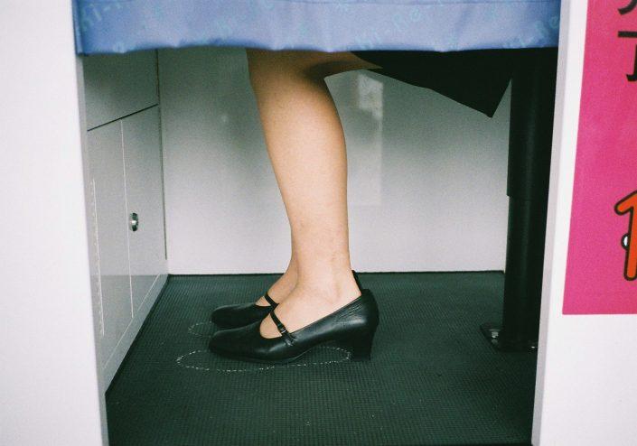 証明写真の足