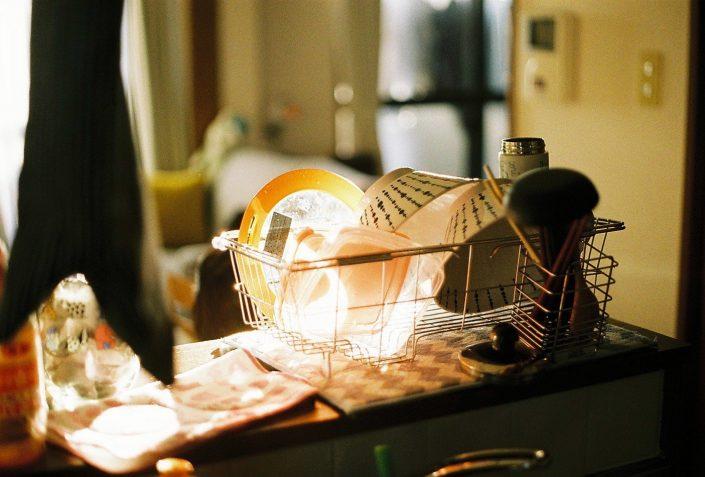 夕日の中の食器