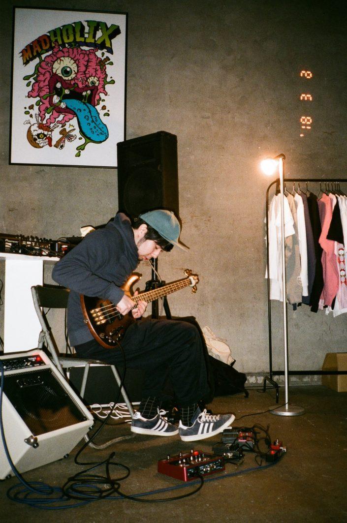 masayoshi suzuki galleryでベースを弾くbanjaman