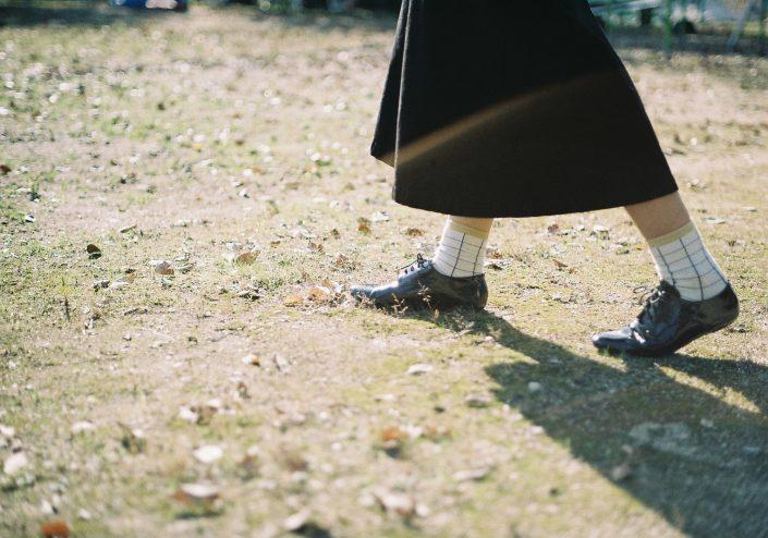 一歩踏み出す女性