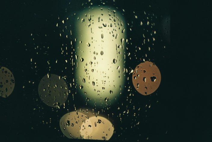 光に照らされた雨の日のガラス