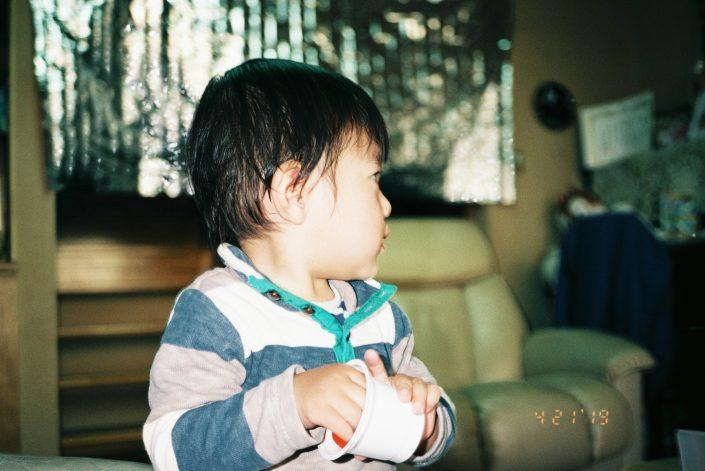 テレビを見る男の子