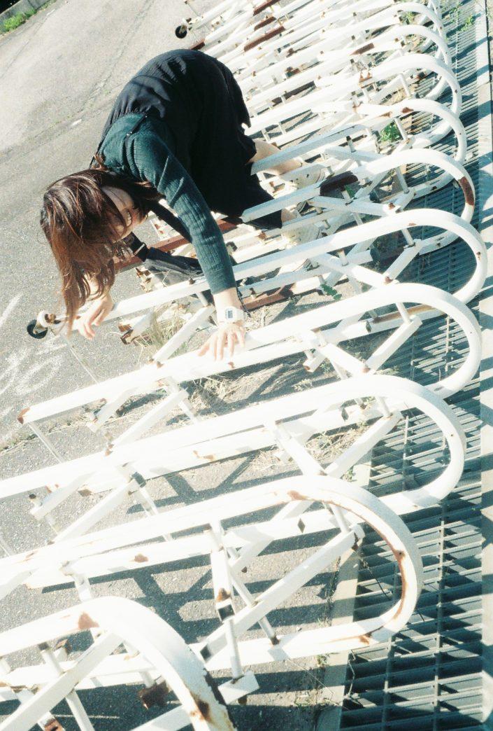 倒れたフェンスゲート