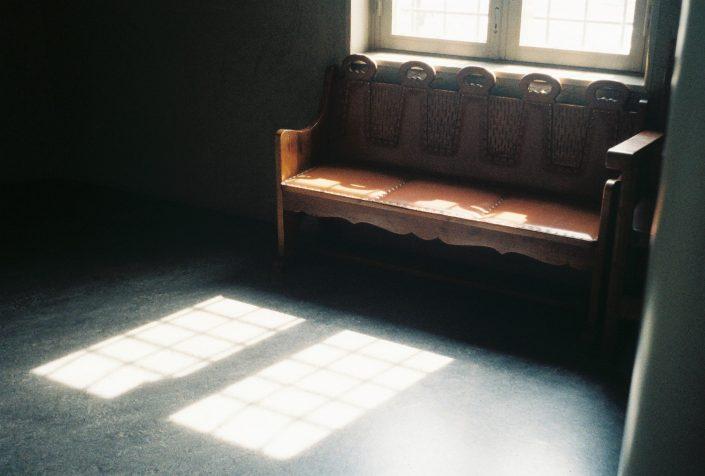 志摩スペイン村のソファと光