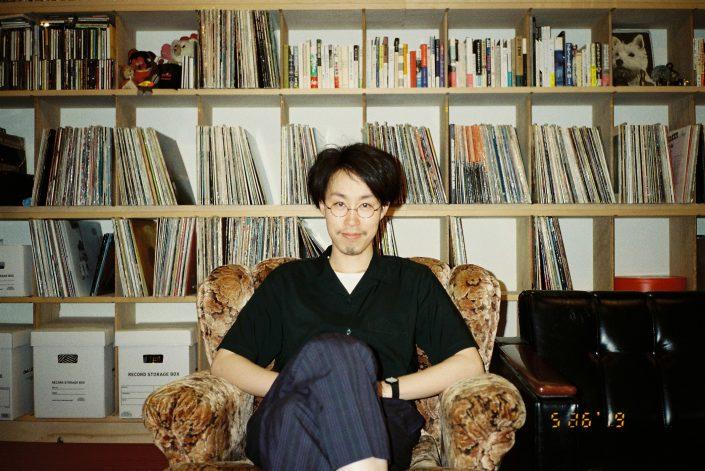 銀界(岡崎)のレコード棚の前のNicole