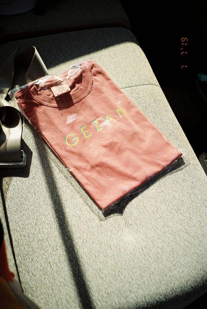 GEZANのTシャツ